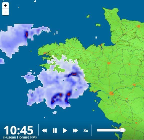 11h09  Le front des orages est ici bien visible. Ce relevé radar donne la situation à 10h45.Participez