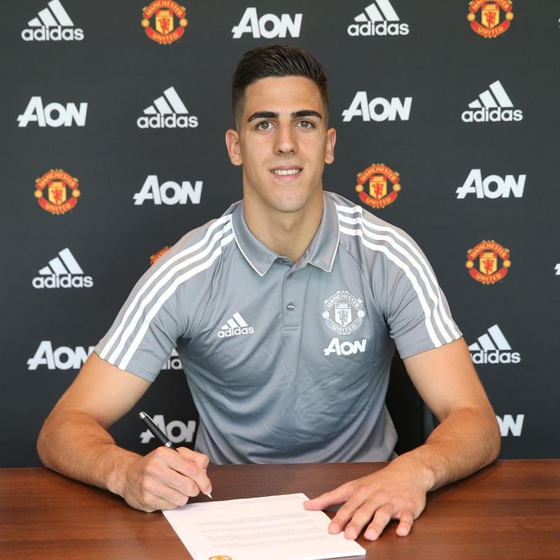 Joel Pereira firmando la renovación con el Manchester United