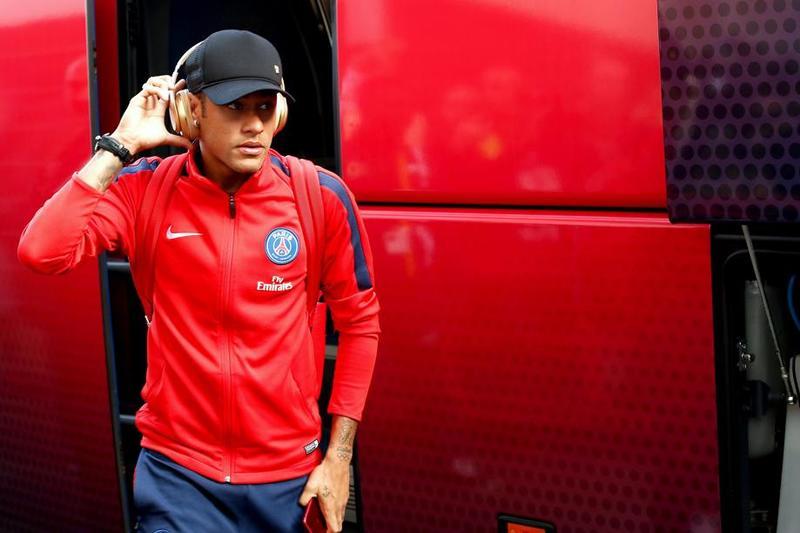 Neymar, antes de acceder en el estadio del Guingamp