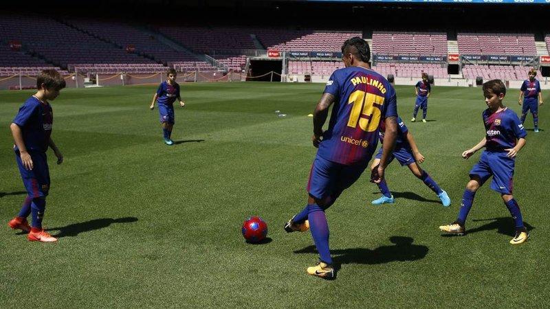 Paulinho durante su primer rondo en el césped del Camp Nou.