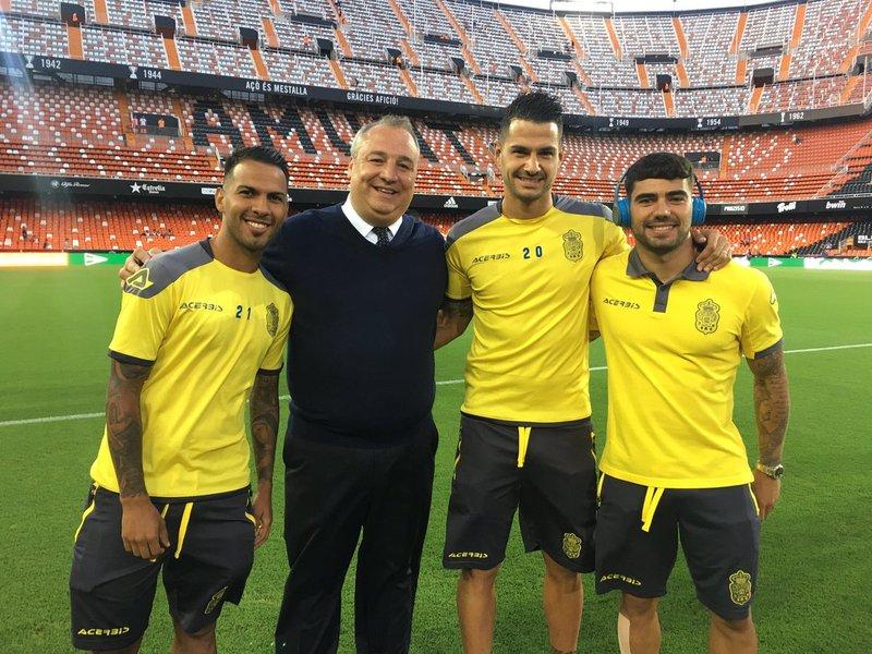 Los jugadores de Las Palmas, junto a su presidente