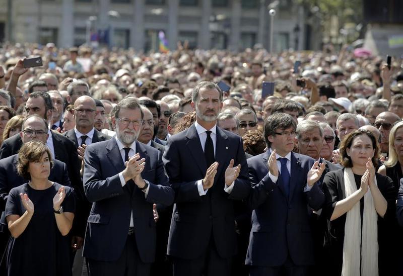 El Rey Felipe VI, Mariano Rajoy, Carles Puigdemont, Soraya Sáenz de Santamaría y Ada Colau, han encabezado el minuto de silencio en Plaza Catalunya