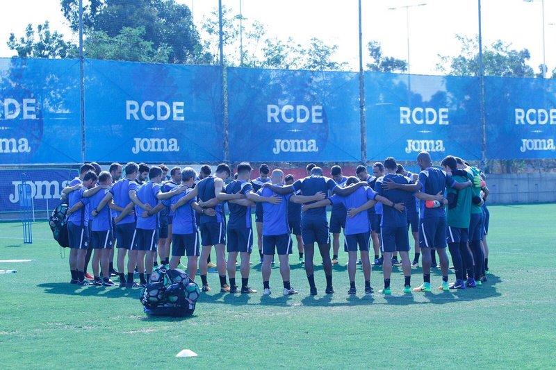 Sentido minuto de silencio del primer equipo del Espanyol antes del entrenamiento FOTO: RCDE