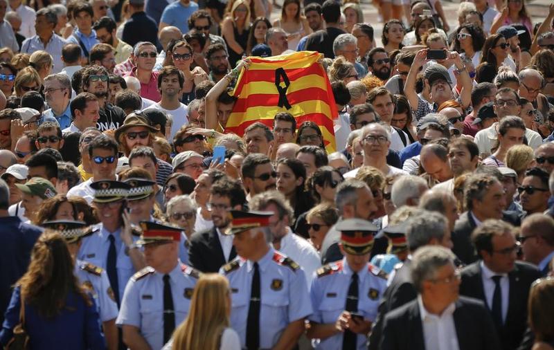 Diferentes personalidades encabezadas por el Rey han guardado un minuto de silencio en Plaza Catalunya