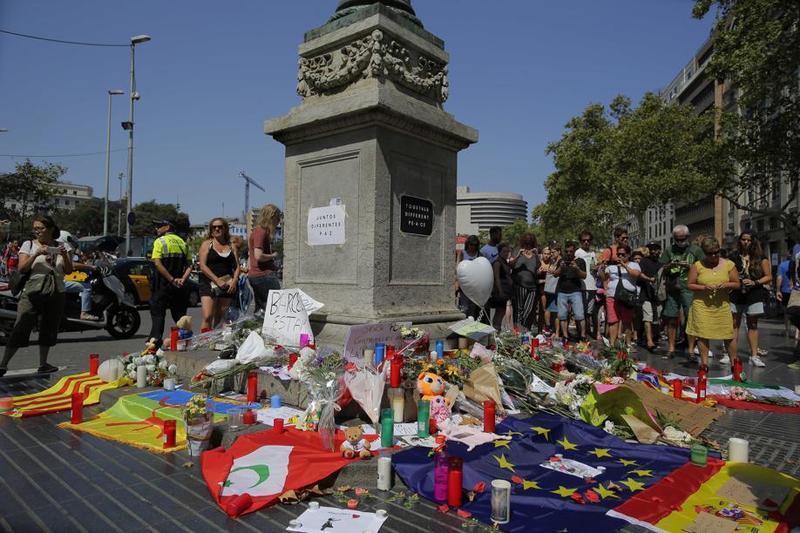 Se ha levantado un altar en la parte alta de Las Ramblas de Barcelona en memoria de las víctimas del atentado de ayer