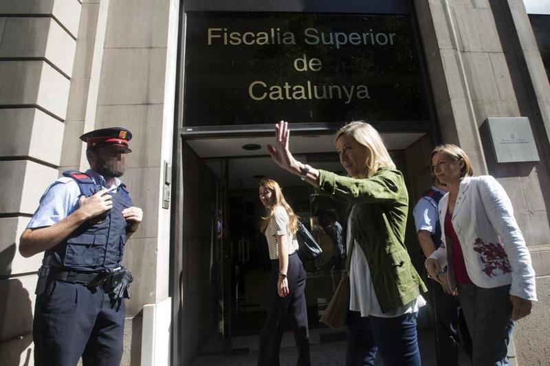 Carme Forcadell, en la Fiscalia Superior de Catalunya junto a Neus Lloveras, alcaldes de Vilanova i la Geltrú. FOTO: EFE