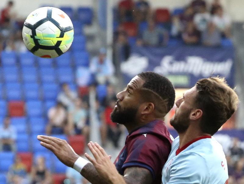 Nos llegan las primeras imágenes del partido. Bebé y Sergi Gómez pelean por un balón (EFE)