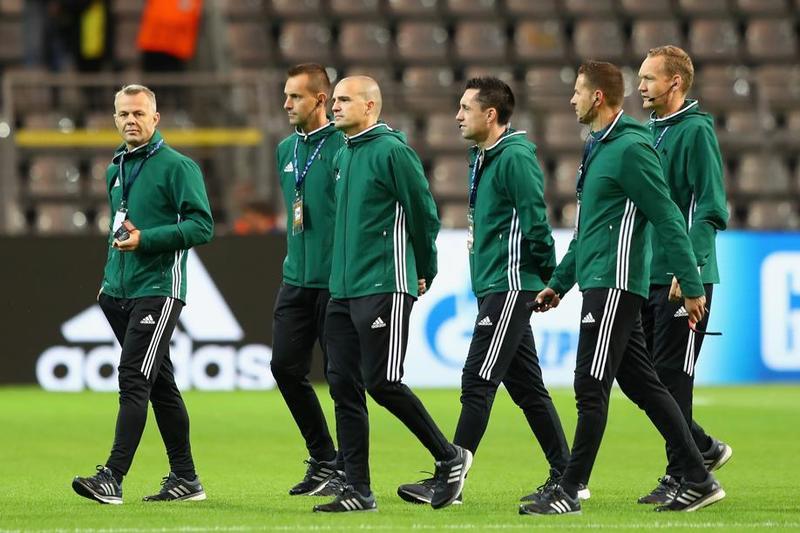 El equipo arbitral camina sobre el césped del Signal Iduna Park FOTO: GETTY