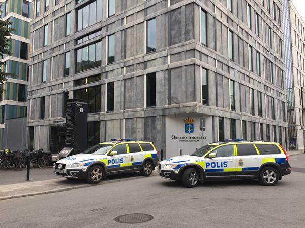 Polisen har satt in extra resurser och är tydligt närvarande inför häktningsförhandlingen i Örebro tingsrätt.