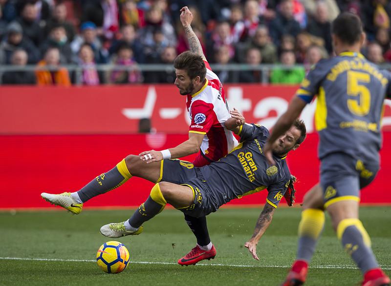 Momento en que Javi Castellano derriba a Portu en el penalti que ha supuesto el 1-0.
