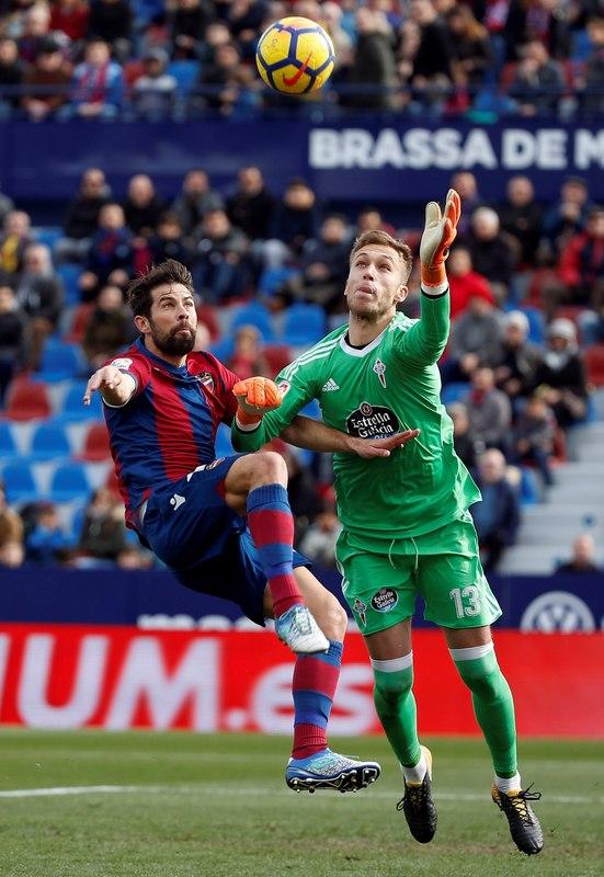 Rubén y Coke pugnan por un balón dividido.