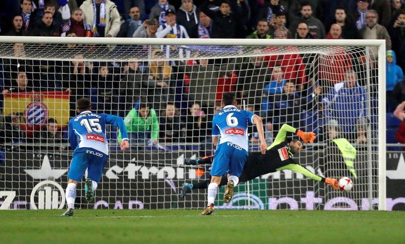 Momento en el que Diego López detiene el penalti a Messi FOTO: EFE