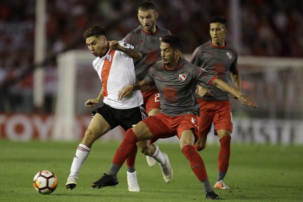 Montiel, durante un partido, de River Plate
