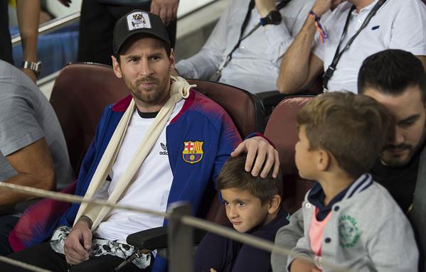 Messi, con su hijo Thiago, en la grada viendo el Barça-Inter FOTO: PERE PUNTÍ