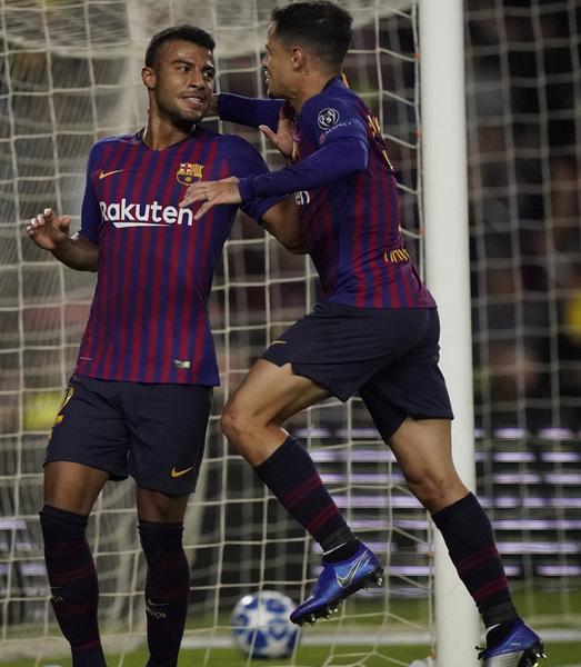 Coutinho acude a felicitar a Rafinha tras su gol FOTO: MANEL MONTILLA