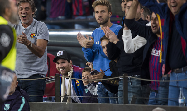 Messi celebra uno de los goles del Barça desde la grada FOTO: PERE PUNTÍ