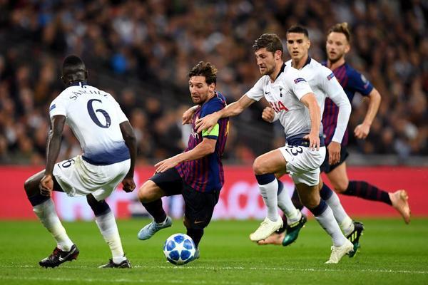 A pesar del duro marcaje al que el Tottenham está sometiendo a Leo Messi, el crack argentino ha disputado una buena primera parte en Wembley.