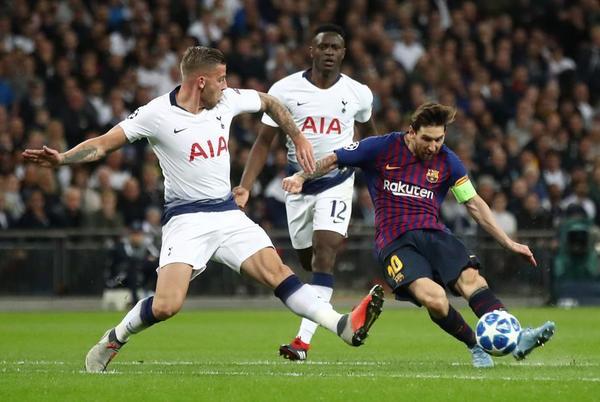 Messi, ha logrado el tercer gol del Barça tras estrellar dos balones en el poste de Lloris