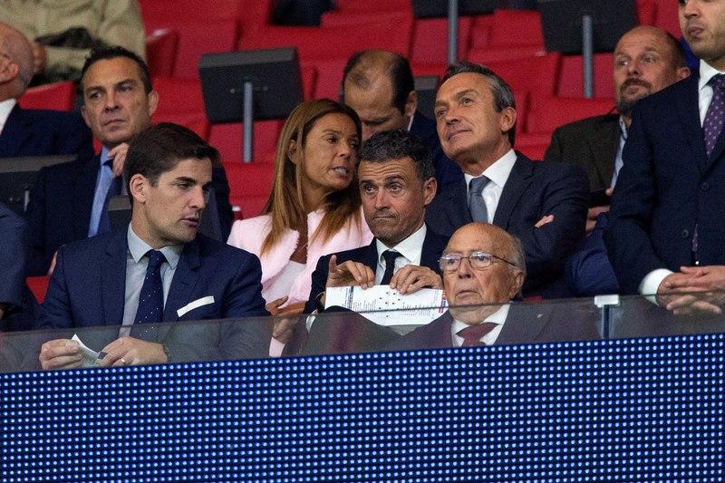 El seleccionador español, Luis Enrique, está viendo el partido desde el palco