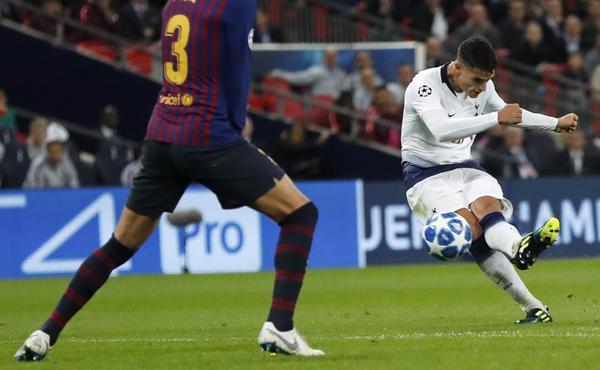 Erik Lamela fusila la portería del Barça para lograr el segundo gol del Tottenham