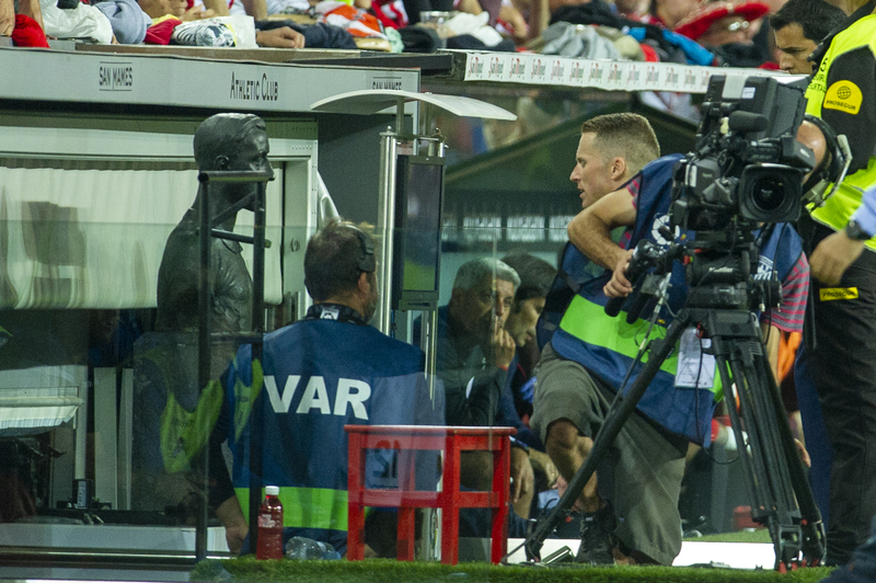 El VAR otra vez en el centro de la polémica. En la imagen Hernández Hernández revisando la jugada que le haría señalar el penalti de Iñigo Martínez a Sangalli. FOTO: Juan Echeverria