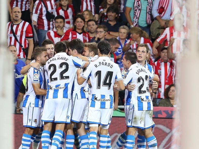 Así celebró la Real el 0-1, obra de Oyarzábal de penalti. FOTO: Luis M. Unciti