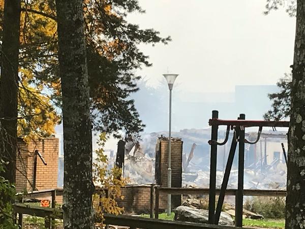 Små bränder slår upp ur förödelsen vid Gottsundaskolan.