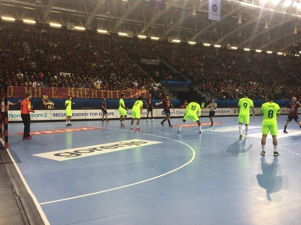 La defensa 6:0 del Barça y un estelar Gonzalo Pérez de Vargas están amargando la tarde al Vardar @FCBHandbol