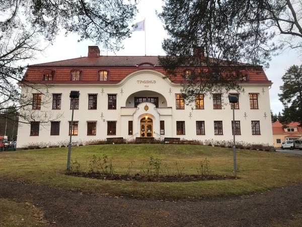 Flera reportrar bevakar det uppmärksammade målet i Hudiksvalls tingsrätt. I början av rättegångsförhandlingen presenteras det hur de talrika handlingarna ska gås igenom och presenteras.