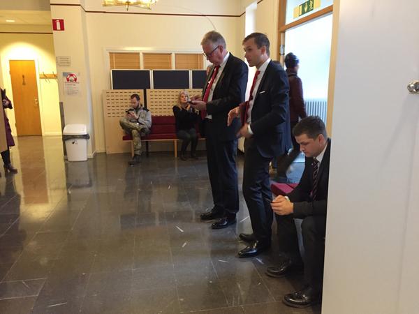 Tre juridiska ombud företräder Bosse Hedin under rättegången. Efter tjugo minuter är det nu paus på grund av tekniska problem.