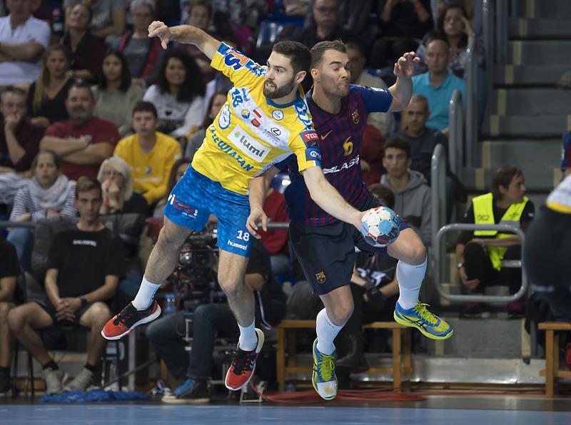 El azulgrana Mortensen pelea con Janc (Kielce)