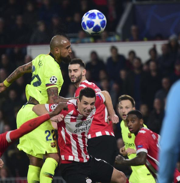 Arturo Vidal ha rozado el gol con dos remates tras sendos córners FOTO: MANEL MONTILLA