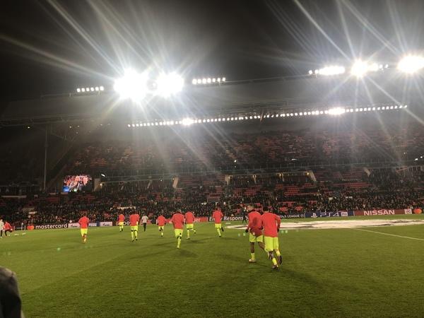 El Barça ya está calentando en el césped FOTO: MANEL MONTILLA