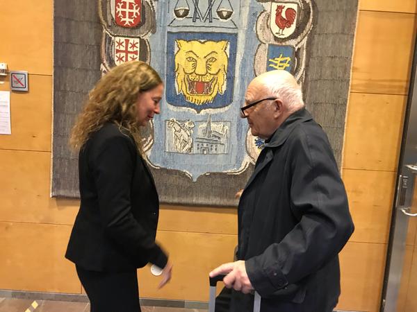 Kammaråklagare Anna Lander i samspråk med försvarsadvokat Leif Silbersky.