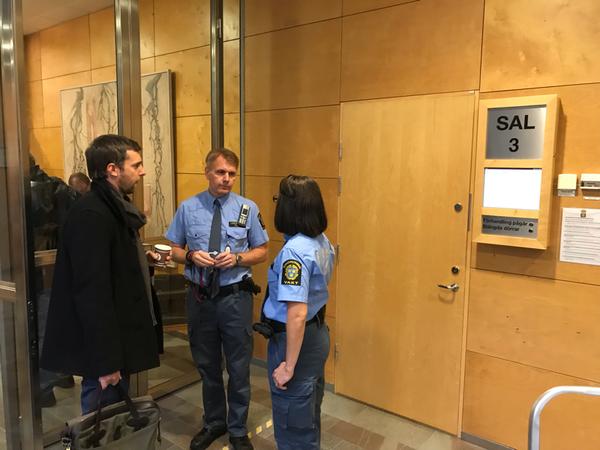 Välkomna till Linköpings tingsrätt och sal 3 där rättegången mot högskoleprovsfusksligan startar idag.