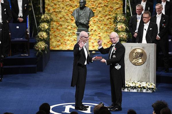476fae3b7214 Fysikpristagaren Arthur Ashkins son Michael Ashkin tar emot sin fars  Nobelpris av kung Carl Gustaf under Nobelprisutdelningen i Konserthuset.
