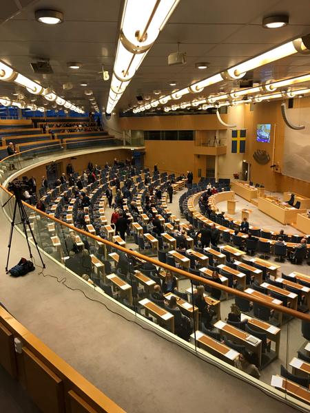 Riksdagsledamöterna börjar samlas inne i plenisalen.
