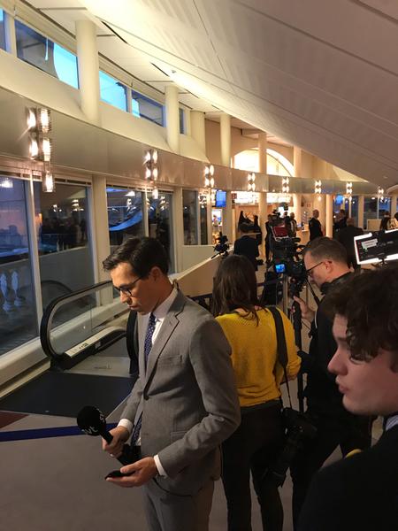 SVT Nyheter finns på plats i riksdagen. Journalisterna här väntar på alla riksdagsledamöter.
