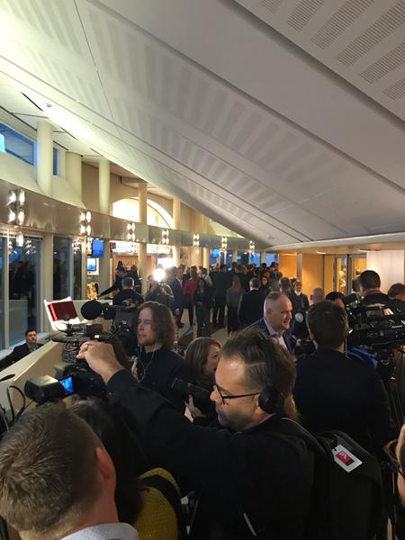 Partiledarna börjar samlas. Här syns Vänsterpartiets ledare Jonas Sjöstedt.