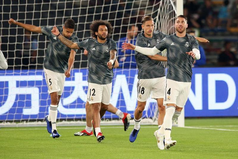 El Real Madrid calentando antes del choque de 'semis'