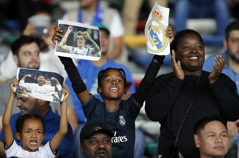 Ilusión en las caras de los aficionados que comienzan a llenar el estadio