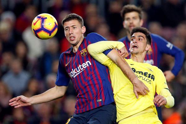 Lenglet y Gerard Moreno, hecho un nudo en la jugada del poste del Villarreal FOTO: EFE