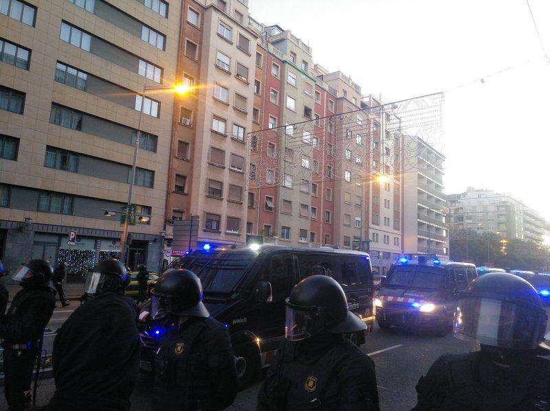Los Mossos bloquean el paso en la zona de Paral·lel. (Foto: @ArranBarcelona)