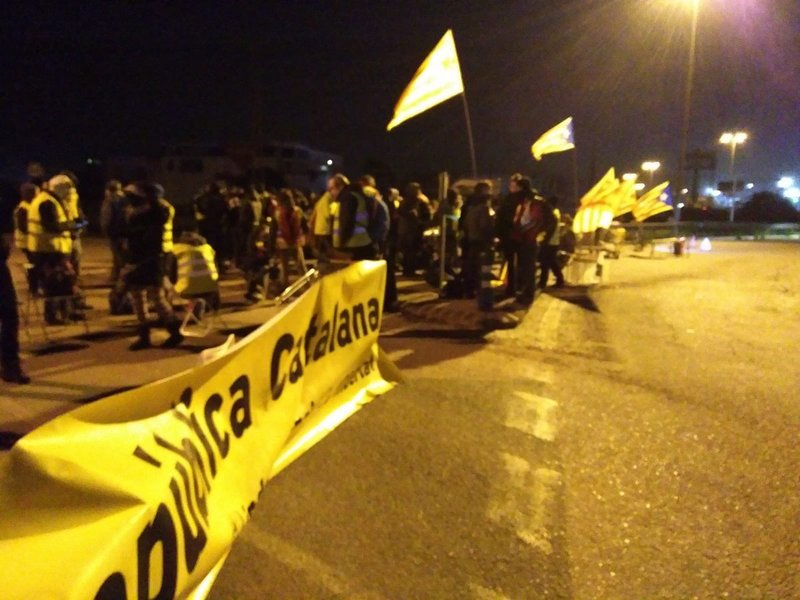 Manifestantes en la AP-7. (Foto: @lauratrafach)