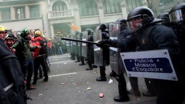 Imagen de una de las cargas de los Mossos d`Esquadra contra manifestantes en Barcelona