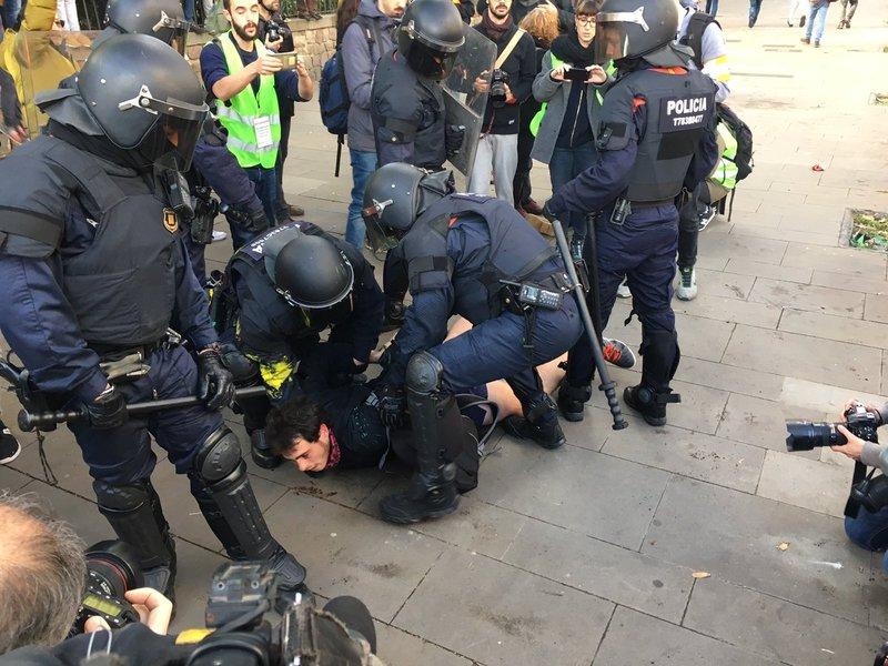 Momento de la detención de uno de los manifestantes. (Foto: @Catinformacio)