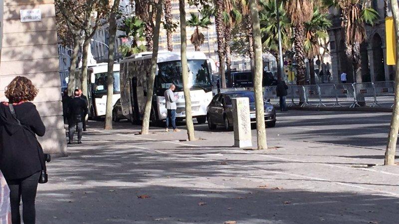 Pedro Sánchez abandonando la Llotja de Mar en coche. (Foto: @324cat)