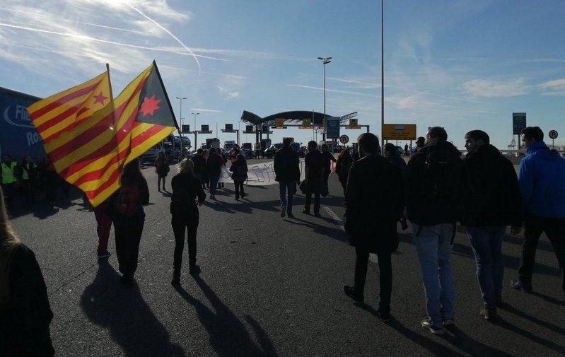 Bloquean la entrada del puerto de Tarragona.