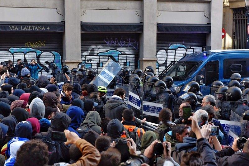 Los Mossos han empezado a cargar contra los manifestantes en Vía Laietana. (Foto: @La_Directa)