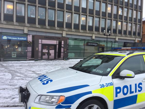 Polisen har extra bevakning vid tingsrätten på grund av dagens vargrättegång.